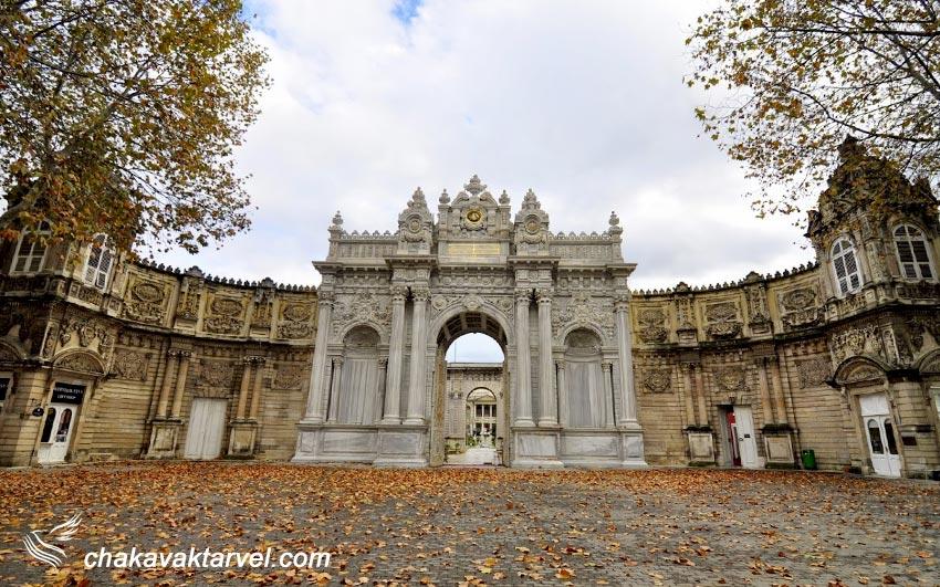 کاخ مجلل و باشکوه دولماباغچه یا به عبارتی دلماباغچه به خوبی نمایشگر تاثیرات معماری فرهنگ غرب در تزیین بنا های امپراتوری عثمانی در قرن نوزدهم می باشد