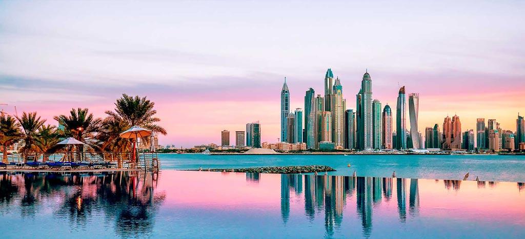 نمایی از غروب خورشید و آسمانخراش های شهر دبی