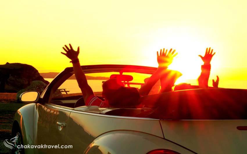 شادی کردن در ماشین در طول سفر