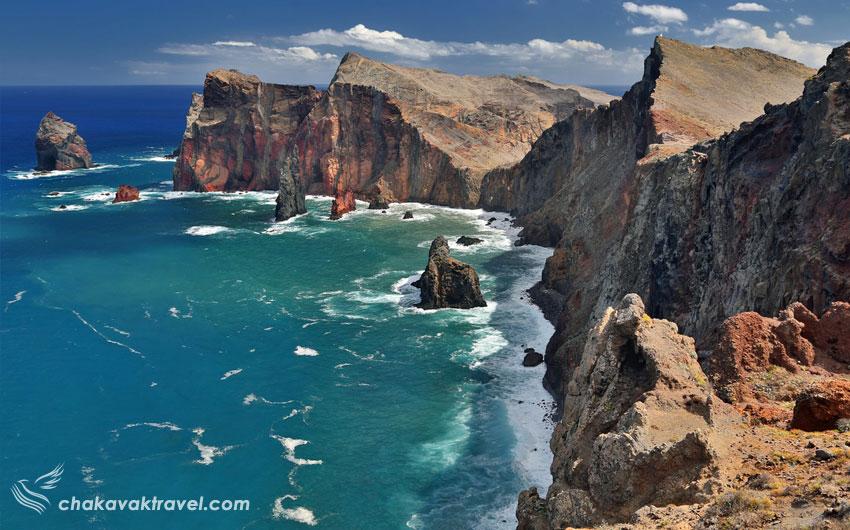 جزایر مادیرا دو بار در سالهای ۱۴۱۹ و ۱۴۲۰ میلادی توسط دریانوردان پرتغالی کشف شده است.  این مجمعالجزایر شامل ۴ جزیره که به نام های زیر شناخته می شوند.  جزیره مادیرا / Madeira Island جزیره پورتو سانتو / Porto Santo Island جزیره دسرتاس / Desertas Island جزیره ساواژ / Savage Island