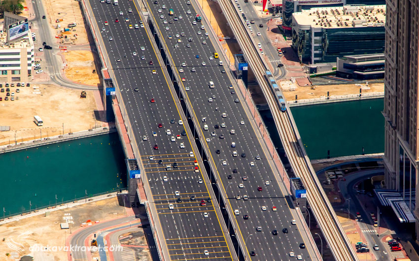 خیابان شیخ زاید در دبی Sheikh Zayed Road Dubai یکی از خیابانهای مهم و اصلی شهر دبی است.  این خیابان دقیقا شاهراه اصلی در منطقه تجاری دبی می باشد و همچنین در هر سمت این بزرگراه عریض 8 باند دارد و تعداد زیادی آسمان خراش های شیشه ای و فلزی آن را احاطه کرده اند.