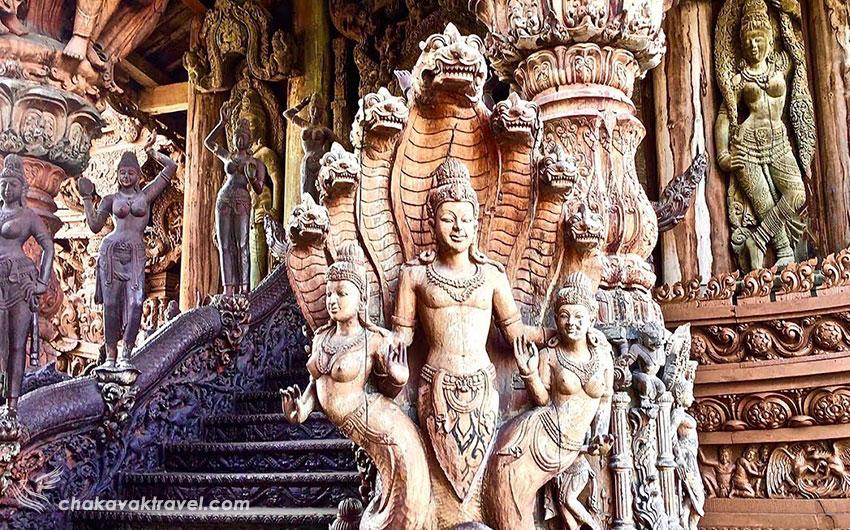 داخل و مجسمه های چوبی پناهگاه یا معبد حقیقت پاتایا Sanctuary of Truth in Pattaya در تایلند