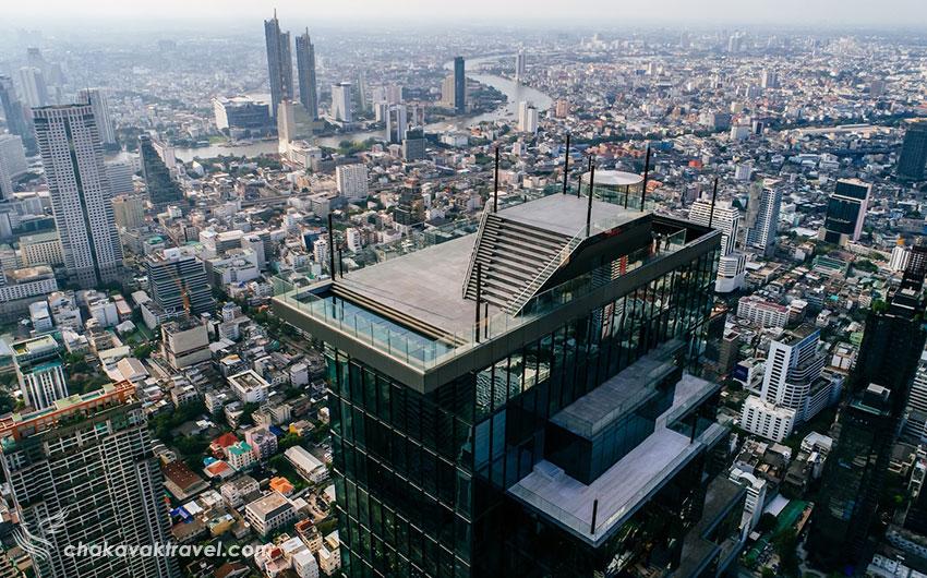 این بام شیشهای که یکی از بزرگترین بامهای شیشهای جهان محسوب میشود ۶۳ متر مربع مساحت دارد و در ارتفاع ۳۱۰ متری از سطح زمین ساخته شده است. امکانات داخلی آسمان خراش کینگ پاور ماهاناخون the king power mahanakhon skywalk