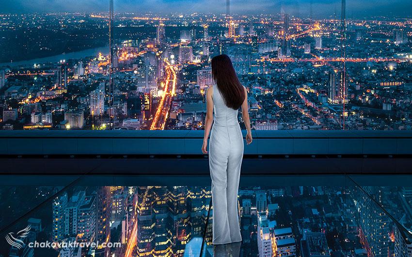 تجربه راه رفتن روی آسمان با اسکایواک ساختمان و آسمان خراش کینگ پاور ماهاناخون در شب بانکوک دختر زن لباس سفید شهر